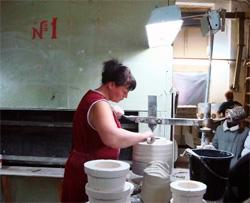 Так делают фаянсовую посуду ручной работы